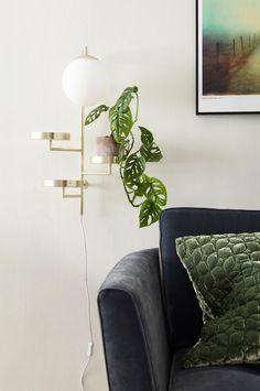 """Vägglampa """"Astoria"""" - vinnare av Hus & Hems designtävling 2016 - Ritad av Anna Landerholm för Globen Lighting. Astoria kombinerar funktion och design, där den kan användas i allt från hallen, till piedestal, till sänglampa. Mattvita brickor som är justerbara och opalvit glaskupa. Textilkabel med brytare. Höjd 62 cm. Bredd 30 cm. Djup 27 cm. Lamphållare G9. Max 42W. Ljuskälla ingår inte."""