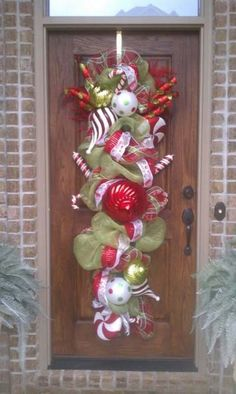 Cool alternative to your typical wreath. by dianne - Happy Christmas - Noel 2020 ideas-Happy New Year-Christmas Christmas Swags, Christmas Door, Winter Christmas, All Things Christmas, Christmas Holidays, Large Christmas Wreath, Burlap Christmas, Primitive Christmas, Country Christmas