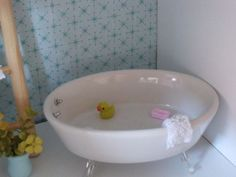 DIY MiNiaTuRe BaTHTuB: tub: soap dish claw feet: clip-on earring backs faucet knobs: earring stud backs duck: charm w/hook removed soap: PEZ candy towel: cut from washcloth other items: craft store Site has many photos w/ ideas. Diy Barbie Furniture, Dollhouse Furniture, Miniature Furniture, Barbie Doll House, Barbie Dolls, Barbie Stuff, Diy Dollhouse, Dollhouse Miniatures, Girls Dollhouse