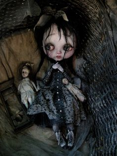 I'm not a big Blythe fan, but I love the repaint/face-up and styling of this one.  I kind of want to hug her.