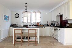 Cuisine sobre et fonctionnelle : Maison de vacances : une Anglaise en Provence - Journal des Femmes Décoration