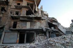 Serangan udara di Aleppo berlangsung intensif  ALEPPO (Arrahmah.com) - Dua puluh lima orang meninggal dalam serangan udara yang terjadi Aleppo pada Rabu (12/10/2016) menurut Pertahanan Sipil.  Lima belas orang dari yang tewas itu berada di pasar di daerah Fardous tetapi tentara rezim Suriah membantah telah menargetkan warga sipil.  Kelompok oposisi mengatakan gelombang baru serangan udara terlihat semakin meningkat setelah Rusia turut memberikan dukungan dalam upaya merebut kembali Aleppo…