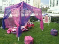 Decoración en fiesta de princesas al aire libre.