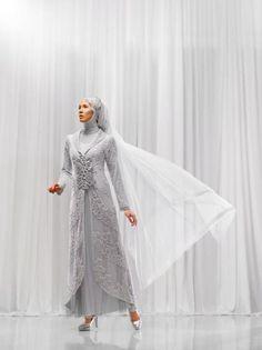 wedding dress impian ,baju yang didesain khusus untuk pengantin muslimah oleh salah satu perancang terkenal. Untuk mendapatkan baju pengantin seperti ini harus menyiapkan budget diatas 10 juta (whaat?? untuk 1 baju sajah @.@),,mari menabung smoga terkabul bisa menggunakan ini :)