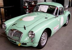 The MG A 1600 Twin Cam with its novel, streamlined body shape, was built 1955-1961 more than 100,000 times. The original version came with an 70 hp 1500 cc four-cylinder engine on the market. In 1958 the technically slightly improved variant MGA 1600 (1600 cc, 80 hp, front disc brakes), followed by a further stage of development MGA 1600 Mk II center. @bayernernst-Flicker