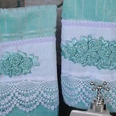 Conjunto de toalha de rosto e lavabo Bathroom Towels, Kitchen Towels, Decorative Towels, Ribbon Embroidery, Coin Purse, Cool Stuff, Crochet, Floral, Gifts