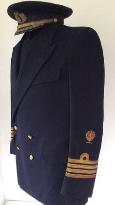 #Gorra y #uniforme de diario de #Capitan de #Navio con dos #Medallas #Militares #Colectiva. 1939-1950