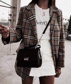 Look saia jeans branca, tshirt branca, blazer xadrez e bolsa com alça de corrente. mode, Ideias de looks com bolsa com alça de corrente Mode Outfits, Office Outfits, Trendy Outfits, Womens Fashion Outfits, Basic Outfits, Classy Outfits, Look Fashion, Autumn Fashion, Fashion Mode