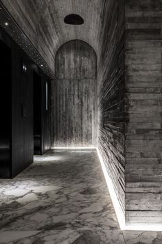 Il Tuve Hotel ad Hong Kong prende ispirazione dalle fotografie di un lago svedese, opera del fotografo di architettura e paesaggio Kim Høltermand. #travertino #travertine #architecture #interior #interiordesign #naturalstone #marble  http://italystonemarble.com/