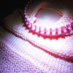 Y sigo avanzando, la primera pieza está casi terminada #tejiendo #sorteo #premio #laurelisanper #youtube #knitting #loomknitter #alyouknitislove #knitwear #knittingproject