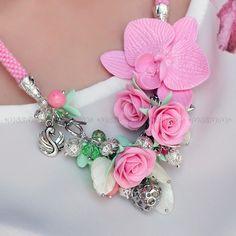 Розовое колье ручной работы