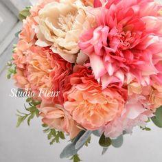 コーラルピンクのダリアとバラのナチュラルクラッチブーケ Silk Flower Bouquets, Silk Flowers, Floral Wreath, Wreaths, Rose, Plants, Flowers, Pink, Door Wreaths