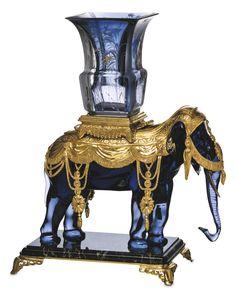 Eléphant porte-vase par Baccarat   En cristal bleu midnight, paré d'ornements en…