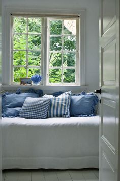 summer daybed in white & light blue