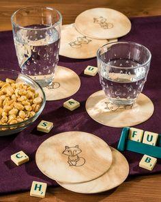 """Bedruckte Glasuntersetzer aus Bierfilz (Idee mit Anleitung – Klick auf """"Besuchen""""!) - lasuntersetzer mit Tiermotiv, zum Beispiel mit dem süßen Fuchs. Eine tolle, selbstgestaltete Geschenkidee für Eltern oder Großeltern. Das Bedrucken macht den Kindern viel Spaß. Und beim nächsten Spielenachmittag gibt es keine Saftringe mehr auf dem Tisch mit diesen hübschen, selbstbedruckten Glasuntersetzern."""