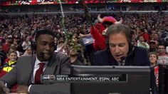 Chicago Bulls Mascot Swings Some Mistletoe Over Chris Webber and Kevin Harlan--and it Works! [GIFs] | FatManWriting