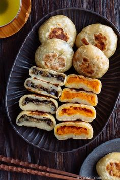 (Japanese Stuffed Dumplings) A dark ceramics containing Oyaki, Japanese dumplings with kaboch and miso eggplant fillings.A dark ceramics containing Oyaki, Japanese dumplings with kaboch and miso eggplant fillings. Easy Japanese Recipes, Asian Recipes, Healthy Recipes, Vegan Japanese Food, Healthy Food, Japanese Vegetarian Recipes, Japanese Snacks, Japanese Dishes, Asian Desserts