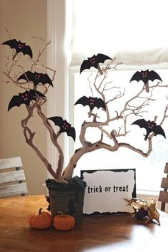 Turn your home into a haunted mansion with these DIY Halloween decorations. Not only are they cheap but these DIY Halloween decorations are easy to make. Diy Deco Halloween, Halloween Tisch, Table Halloween, Moldes Halloween, Diy Halloween Dekoration, Manualidades Halloween, Adornos Halloween, Halloween Trees, Halloween Home Decor