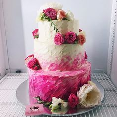 Свадебный торт с живыми цветами: нижние ярусы - красный бархат с клубникой, верх - нежный ванильный бисквит со свежими ягодами. Крем внутри и на покрытие один - сливочно-сырный. Автор @foodbook.cake