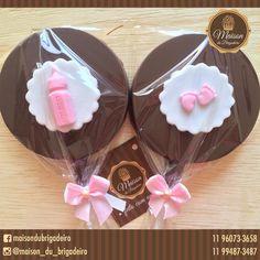 ✨ Pirulitos✨ ••••••••••••••••••••••••••••••••••••• ✨ 8 cm de diâmetro, chocolate ao leite, decorado com pasta americana na cor de preferência.