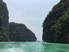 Es la isla más grande de Tailandia y la sexta más poblada. Se conoce con el nombre de la Perla de Andamán. Se divide en varias playas: Patong, Katon, Kata, Nai Harn y Bang Tao, todas ellas separada…