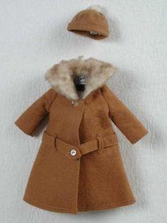 """Poppenkleding, gerende winterjas (A) met bijpassende muts (B), beide van roodbruin vilt met lichtbruin imitatiebont, """"Barbie / Mattel""""   Modemuze"""