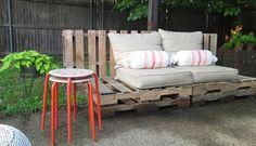 idée sur l'application des palettes en bois dans le jardin en tant que banc confortable