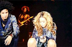 "Bee News: Beyoncé finge passar mal durante performance de ""Why Don't You Love Me"" em show na Suíça; veja vídeo"