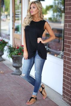 Black tank casual summer outfits for work, womens fashion casual summer, summer outfits women Casual Summer Outfits For Women, Casual Jeans Outfit Summer, Torn Jeans Outfit, Spring Outfits Women Over 30, Casual Summer Style, Casual Summer Clothes, Casual Summer Fashion, Casual Chic, Bright Summer Outfits