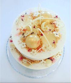 Prøv selv kræfter med denne fødselsdagslagkage lavet til Julie Zangenberg. Denne fødselsdagslagkage består af nøddebunde, hvid chokolade, brombær, lakrids.