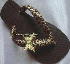 Chinelo Havaiana Marrom, customizado com tecido de Oncinha e uma Borboleta de Metal Dourada. R$ 43,00