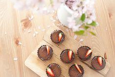 Čokoládové tartaletky s karamelem - OBRÁZKY Z LÁSKY Caramel, Desserts, Food, Chocolates, Sticky Toffee, Tailgate Desserts, Candy, Deserts, Essen