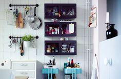 ¿Tienes los cajones y los armarios de la cocina a rebosar? Mira estas tres prácticas soluciones de almacenaje con rieles, armarios y carritos.