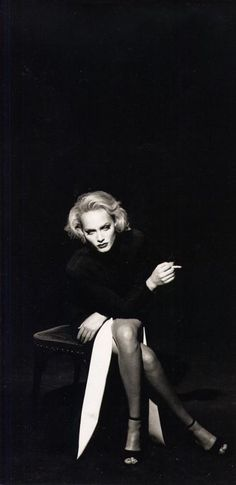 Photo by Peter Lindbergh of Amber Valletta, Marlene Dietrich style. Peter Lindbergh, Sarah Moon, Paolo Roversi, Contemporary Photographers, Great Photographers, Photography Women, Fashion Photography, Glamour Photography, Photography Photos