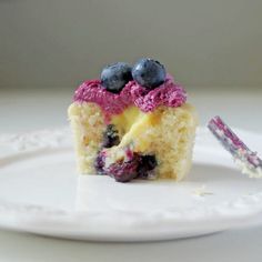 BLUEBERRY Cupcakes Recipe. Spring inspired Blueberry #Cupcakes #Recipe, with Lemon Filling & Blueberry Cream Cheese Frosting. #baking http://thecupcakedailyblog.com/blueberry-cupcakes-recipe/