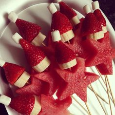 A easy Santa fruit stick, perfect treat for Christmas catch ups! Strawberry, banana, watermelon and tiny marshmallows (Cute Christmas Treats) Christmas Party Food, Xmas Food, Christmas Appetizers, Christmas Cooking, Christmas Goodies, Christmas Desserts, Christmas Treats, Christmas Fruit Ideas, Christmas In July