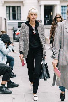 Blazer cinza xadrez: como aproveitar essa tendência em infinitos looks. Sobreposição com moleotm preto, calça peta, loafer branco