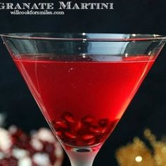 Sweet and tart martini made with pomegranate liqueur, vodka, honey liqueur, and pomegranate juice. New Years Cocktails, Blue Cocktails, Christmas Cocktails, Cocktail Drinks, Alcoholic Drinks, Beverages, Pomegranate Drinks, Pomegranate Seeds, Kitchens