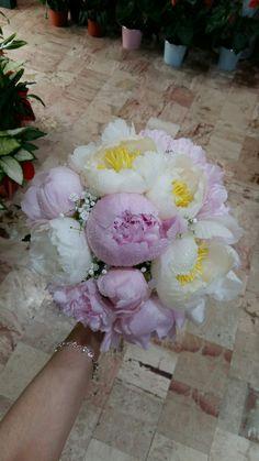 Bouquet da sposa con peonie rosa e bianche