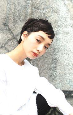 ダークトーンのショートヘア☆ タイトにスタイリングしてナチュラルモードな雰囲気に。