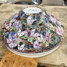 前回のブログから、もう1週間も経ってます。   1週間早いですね~。      この1週間、お客様からのご注文のステンドグラスを   いそいそと作り。   その合間に、個展用のランプも制作してました。      ガラス切り・テープ巻きが完了です。            マグノリアのランプです。 ...