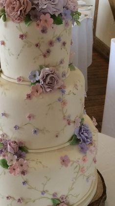 Generally, wedding cakes are is the conventional cake being dished up to the visitors at the breakfast after the wedding. It is identified as a substantial cake, various from the typical cakes we have on ordinary occasions. Wedding Cakes With Flowers, Beautiful Wedding Cakes, Wedding Cupcakes, Beautiful Cakes, Cake Flowers, Cakes With Roses, Wedding Cake Vintage, Dessert Wedding, Cake Wedding