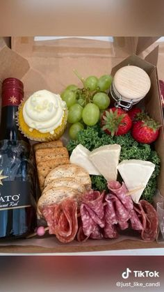 Charcuterie Gift Box, Charcuterie Recipes, Charcuterie And Cheese Board, Charcuterie Platter, Party Food Boxes, Party Food Platters, Meat Cheese Platters, Cute Food, Yummy Food