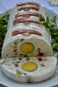 Terina rece cu oua fierte si ton afumat Salad Design, Crockpot Recipes, Cooking Recipes, Party Platters, Appetisers, Party Snacks, Cake Recipes, Delish, Food And Drink