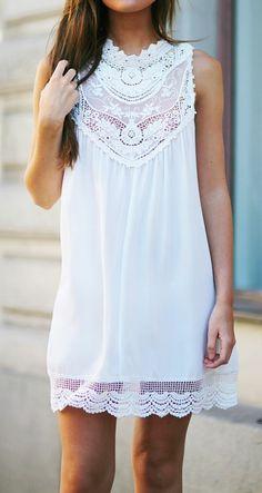 Dentelle robe blanche en courte dentelle au bord de la mer