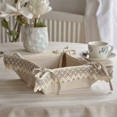Lniany koszyczek na pieczywo ozdobiony bawełnianymi koronkami. Można go używać dwustronnie.