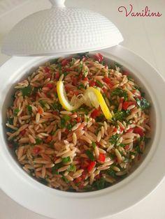 Madem hafta sonuna giriyoruz,o zaman bir salata tarifiyle hafif girelim istedim:))  Daha önce de arpa şehriyesini yoğurtlu olarak tarifi...