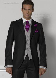 La corbata lisa es una buena elección para los novios más clásicos. Va bien y es simple. Una opción es combinarla con el ramo de la novia. Desde hace algún tiempo, algunos modelos de camisa y corbata son del mismo color que el traje, lo que logra un efecto moderno y elegante, a la vez que diferente y original.
