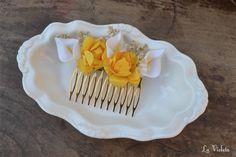 Peineta hecha con paniculata natural seca, pequeñas calas blancas y flores de papel amarillas.Mide aproximadamente 10cm.