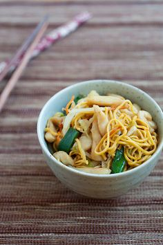 Chicken Chow Mein, everyone loves a great Chinese chicken chow mein. Easy recipe by Rasa Malaysia. #chinese #noodles